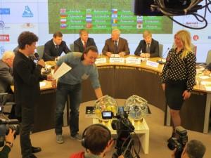 Момент жеребьевки:Илья Авербух и счастливый шар