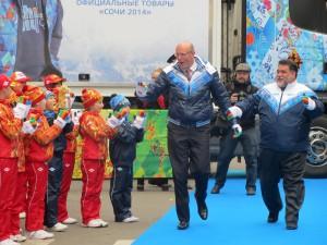 Дмитрий Чернышенко и Михаил Куснирович (справа) направляются в магазин BOSCO