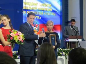 Тренера сборной России по синхронному плаванию Татьяну Данченко поздравляет Александр Жуков