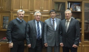 Иннокентий Григорьев (второй справа) среди друзей и единомышленников