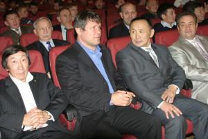 Ушедший от нас прославленный борец олимпийский чемпион из Якутии Роман Дмитриев(крайний  слева) очень любил мас-рестлинг