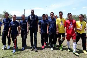 Председатель  международной премии Лауреус Эдвин Мозес со спортсменами из Малайзии
