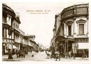 Старинная улица Москвы Петровка 19 век. В 21 веке здесь иные скорости
