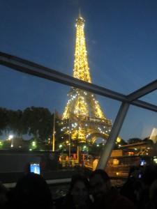 Эйфелева башня во всем вечернем величии.