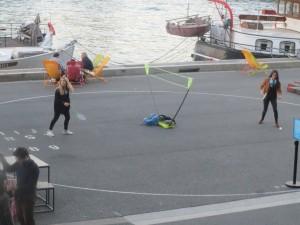 Игра бадминтонисток на берегу Сены. Уже темнее