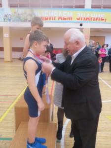 Их награждает известнейший в прошлом борец и тренер Супьян Зубайраев