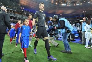 Основной страж наших ворот Игорь Акинфеев выводит нашу команду на парижском стадионе