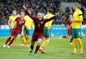 Счастливый Денис Глушаков, забивший гол литовцам