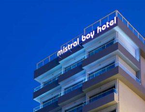 """Отель """"Мистраль"""", устремленный в безбрежное море."""
