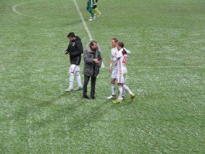 Юрий Павлович поочередно поздравил на поле с победой всех своих игроков.